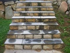 Otro tipo de escalera con pizarra y piedra