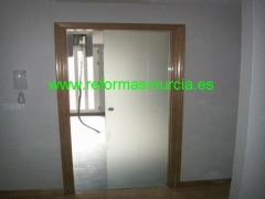 Reforma interior puerta empotrada cristal