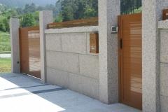 Puerta peatonal y corredera fabricadas en aluminio marrón.
