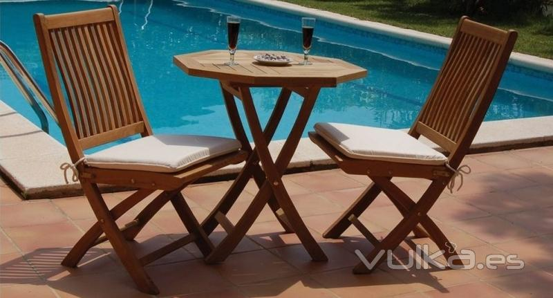 INTERIORS TON SARRÀ - Mesa Octogonal y sillas Formas de Bambó Blau