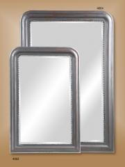 Espejos con marcos de metal biselado.