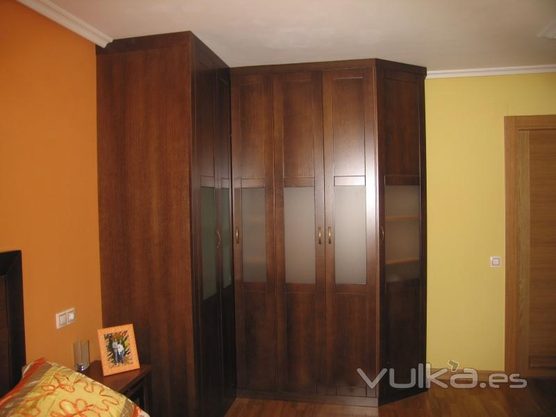 Foto armario de esquina puertas de cerezo con cristal al acido - Armarios de esquina a medida ...