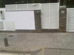 Valla veneciana y puerta peatonal