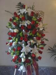 Palma de rosas rojas, lilium oriental y otras flores