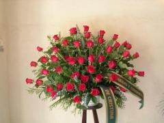Centro en abanico de rosas rojas