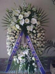 Corona de lujo todo rosas blancas y anturios