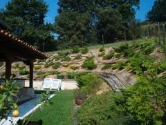 Contenciónes, acolchado con manta organica y plantación.