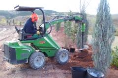 Maquinaria propia con diferentes aperos, para obras de jardineria.