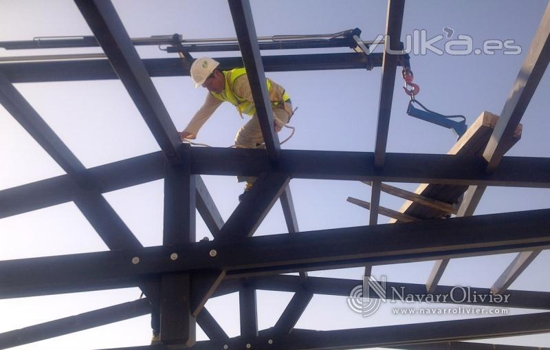 Foto colocacion de tejados de madera con cubierta for Tejados de madera thermochip