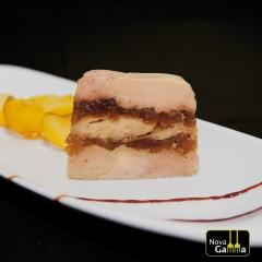 Tarrina de foie micuit con frutas caramelizadas. platos precocinados de alta gama