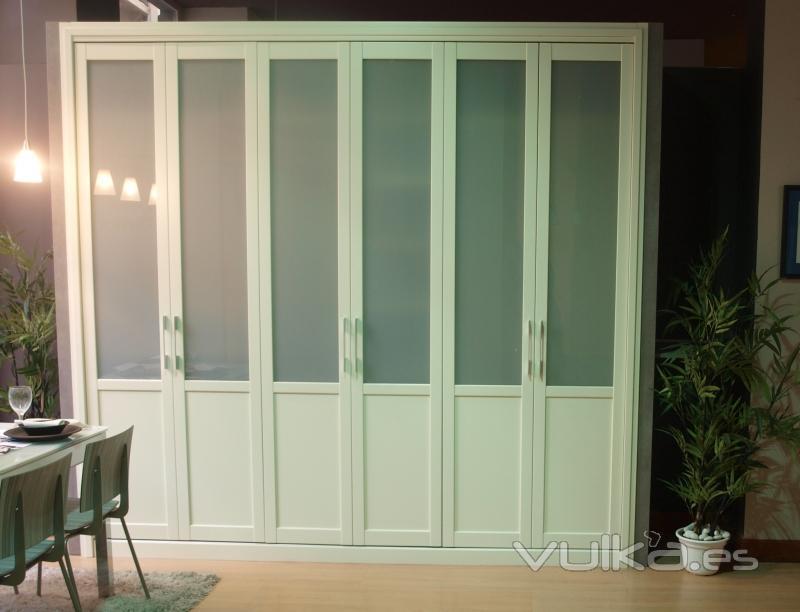 Foto armario de puertas pegables correderas lacado blanco for Puertas dm lacadas en blanco