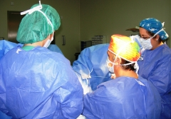 Dr. merino y equipo operando un prolapso