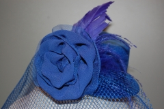 Tocados en forma de sombrero, con plumas y rafia.