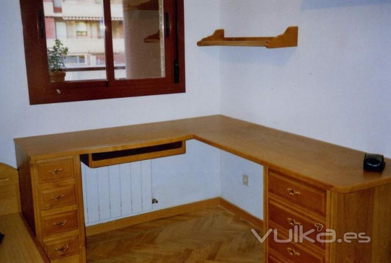 Foto mesa de esquina para aprovechar al maximo for Mesas para esquinas
