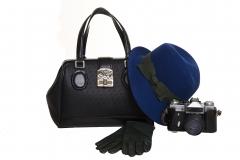 Bolso y guantes negros con sombrero azul de la colecci�n oto�o/invierno 2011 de salvador bachiller