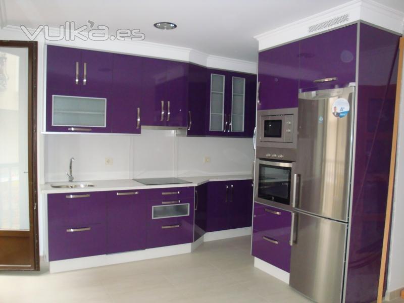 Foto cocina en formica color berengena y encimera blanca for Color credence cocina blanca