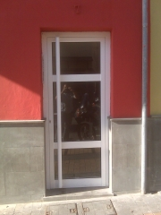 Puerta para exterior con tirador vertical