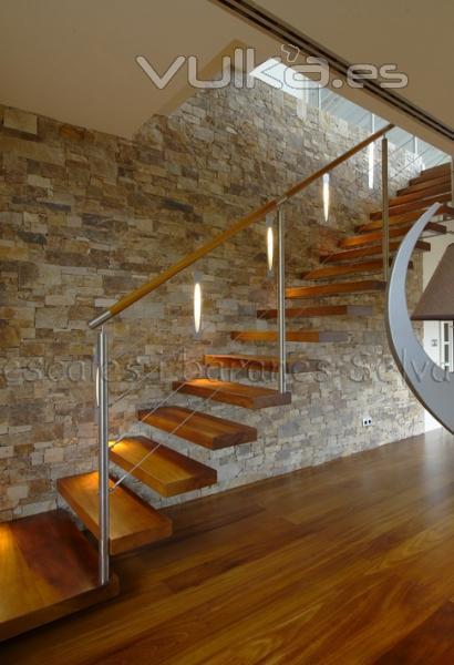 Foto escalera volada con pelda os de madera y barandilla de acero inoxidable con cables - Escaleras con peldanos de madera ...