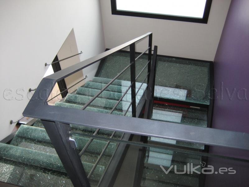 Foto escalera con estructura lateral en hierro y pelda os - Barandas para escaleras de hierro ...