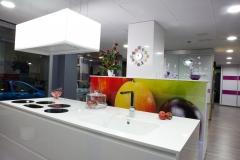 cocina moderna, lacada alto brillo con tirador integrado