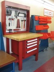 Banco de trabajo y armario herramientas.
