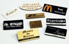 Placas de identificaci�n de personal. incluyen un imperdible trasero.