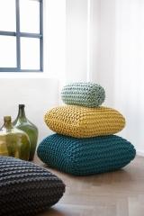 cojines de crochet de colores.