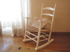 Mecedora Colonial. Lacada, asiento de enea. Medidas: 58*67*100