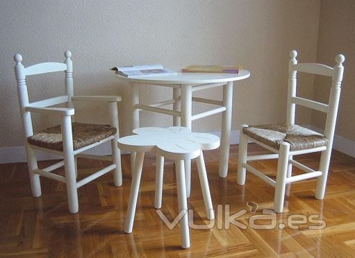 Foto Mesa y sillas infantiles con asiento de enea Lacado