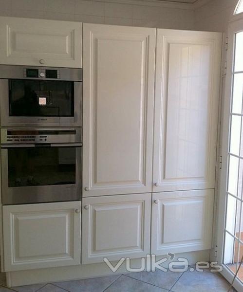 Foto cocina lacado en blanco satinado en puertas y - Cocinas lacadas en blanco ...