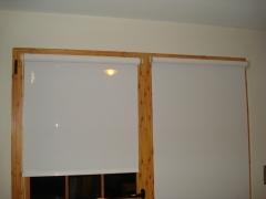 Cocina. stores enrollables screen, ajustados al ventanal, accionamiento con el mismo.