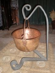Soporte de forja realizado con un aro de carro antiguo.trabajo especial de forja.
