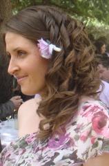 Semirecogido de lado boda y maquillaje