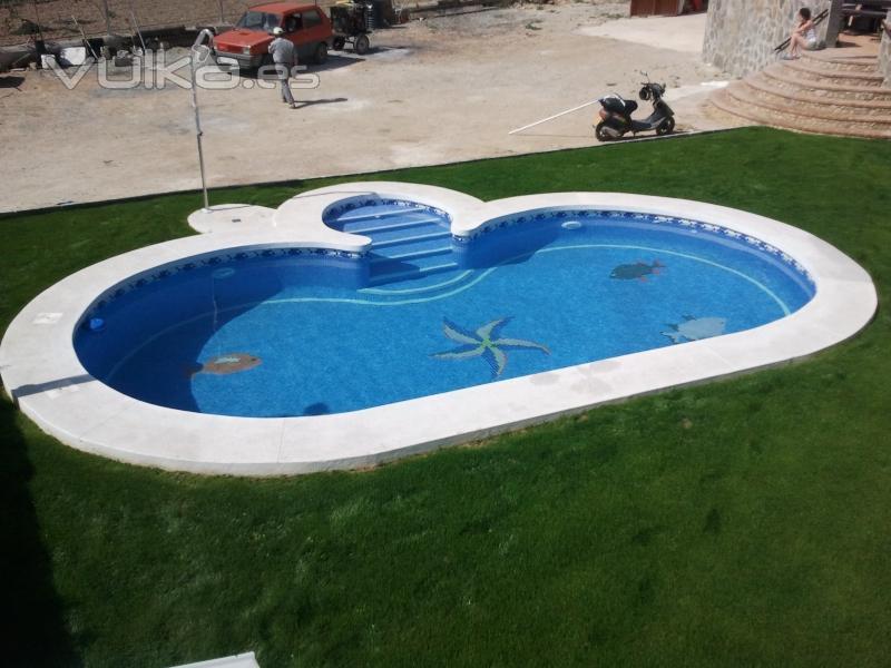Foto piscina con escalera central con piedra en situ - Piedra natural para piscinas ...