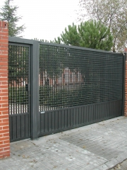 Puerta corredera automatizada y puerta peatonal. tramex