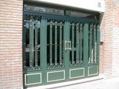 Puerta entrada a portal comunidad con fraileros