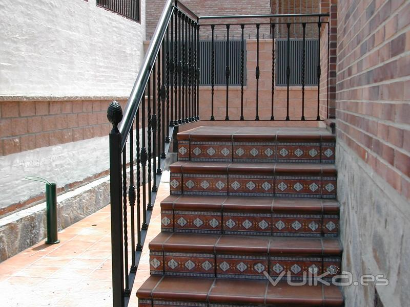 Pin escaleras barandillas forja dise rejas hierro acero for Escaleras forja