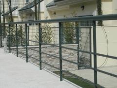 Cerramiento zona jardines en tubos redondos y malla electrosoldada