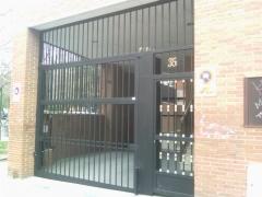 Puerta primera entrada a rampa garajes. puerta peatonal mas puerta basculante automática