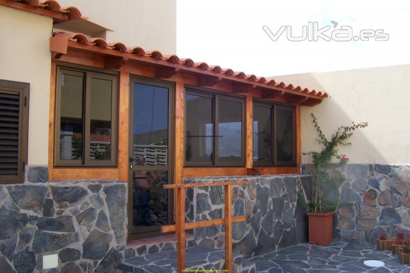 Foto cerramiento en madera de terraza con puertas y for Puertas para terrazas madera