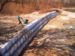 Geobolsas para estabilizar la margen del r�o. el geoconfinamiento para controlar la erosi�n