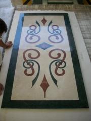 Rosetón decorativo en mármol. montado y pegado en fábrica.utilazado: crema marfil, verde indio y rojo alicante.