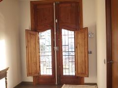 Puerta extrior restaurada en madera de movila y contraventanos