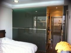 Cerramiento vestidor con vidrio e iluminacion marca dubacris