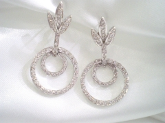 Pendientes de plata ba�ada en rodio y circonitas. llevan cierre omega. ideales para novias