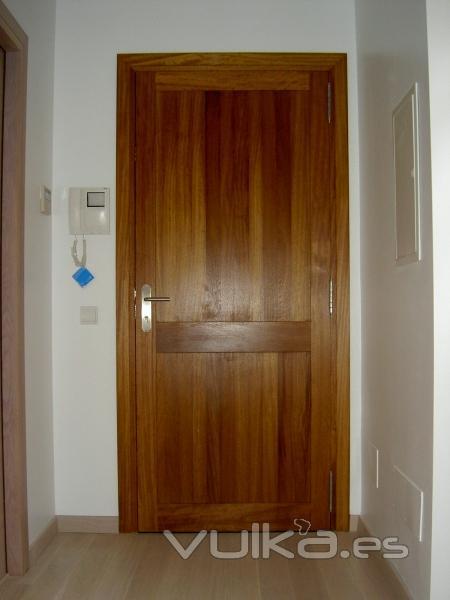 Foto puerta de entrada maciza machihembrada en madera de for Puertas de entrada de madera maciza