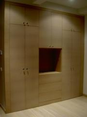 Frente de armario con hueco para integrar TV.