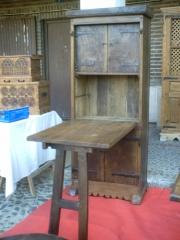 Armario mesa de madera de roble viejo.