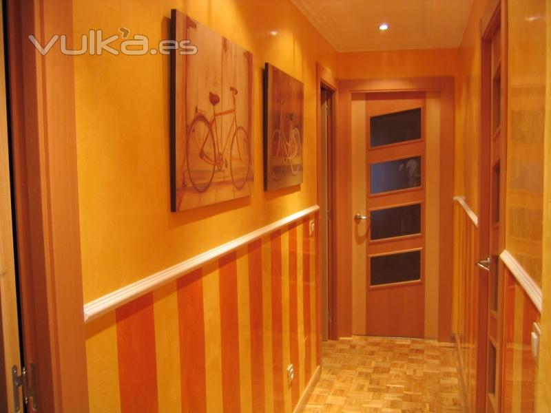 Foto pasillo en estucco a la cal con zocalo a rayas en for Colores pasillos interiores