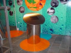 Mobiliario en acero inoxidable para interactivos y oficinas de turismo.